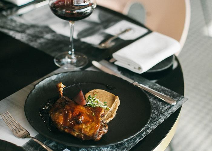 Mesa de restaurante con vajilla y cubertería - Equipamiento para restauración Oms y Viñas